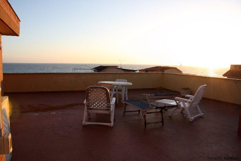 Foto terrazzo sul mare for Lettini da terrazzo